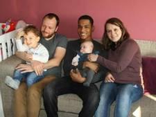 Held Vincent bezoekt geredde kinderen
