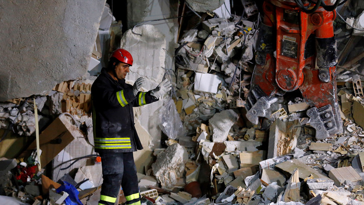 Teruglezen: Zeker 159 doden en duizenden mensen dakloos