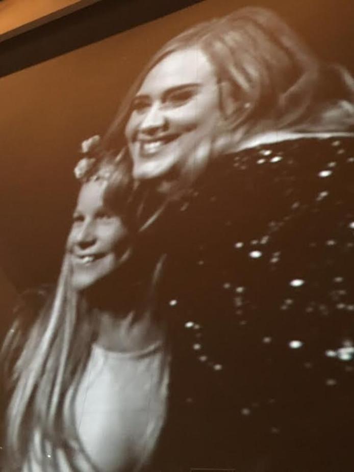 Adele en Charlotte op het grote scherm in de Ziggo Dome.