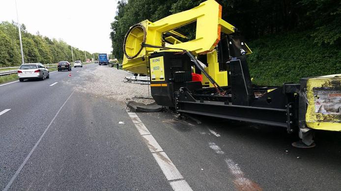 De vrachtwagen liep fikse schade op.