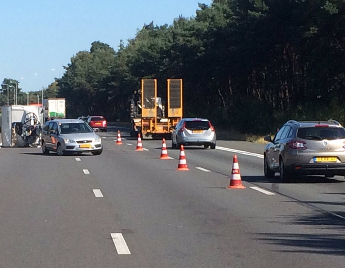 Twee rijstroken op de A50 bij Arnhem zijn dicht nadat er een caravan is gekanteld.