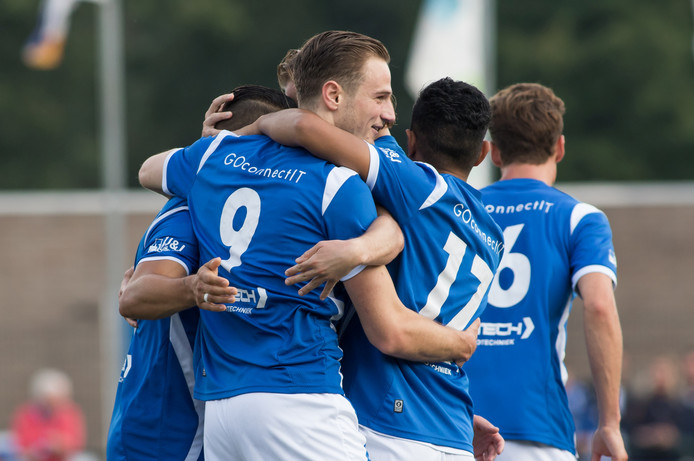 speler Frank Tervoert (l) scoort de 1-0 voor GVV en viert dit met GVVV speler Caifano Latupeirissa (r)