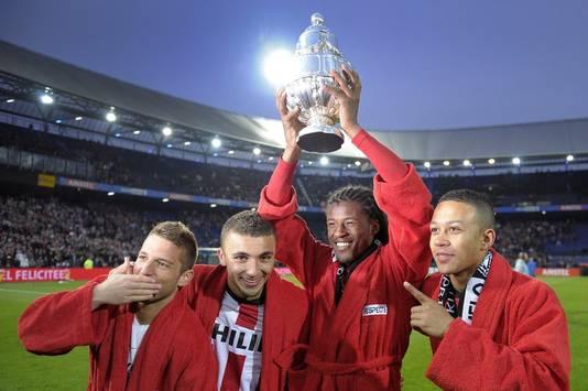Dries Mertens, Zakaria Labyad, Georginio Wijnaldum en Memphis Depay (VLNR) vieren feest met de beker na winst van PSV op Heracles Almelo in de bekerfinale in De Kuip.