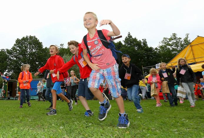 Kinderen rennen kort na de opening het terrein van Kinderdorp Bennekom op.