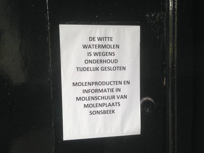 De omstreden mededeling op de deur van de witte watermolen van Sonsbeek.