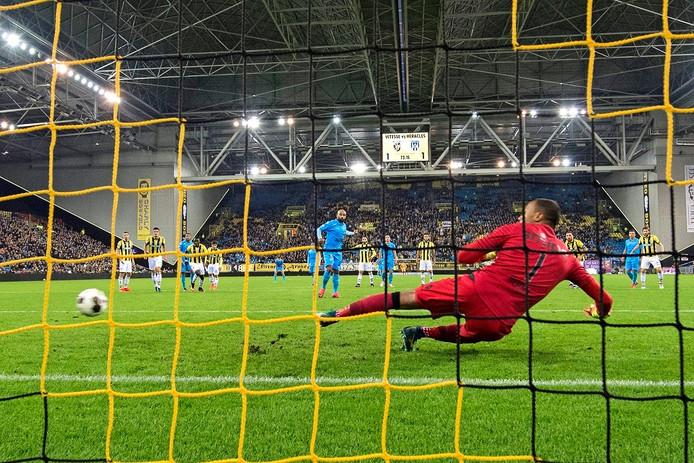 Samuel Armenteros stuurt Vitesse-keeper Eloy Room de verkeerde hoek in en scoort voor Heracles de 1-2 uit een penalty.