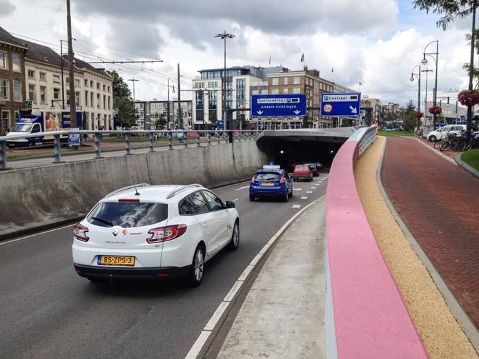De Willemstunnel in Arnhem, nu nog met roze accenten van de Giro d'Italia.