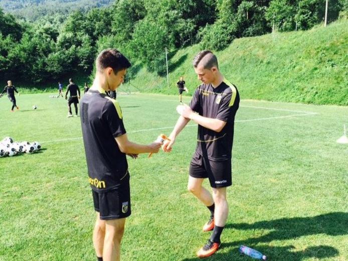 Thomas Buitink (rechts) smeert zich samen met Mitchell van Bergen (ook 16 jaar) in voor de training.