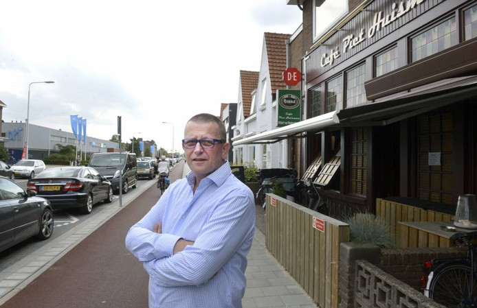 Kroegbaas Hans Huisman voor zijn café aan de Jacobslaan. foto Do Visser/DG