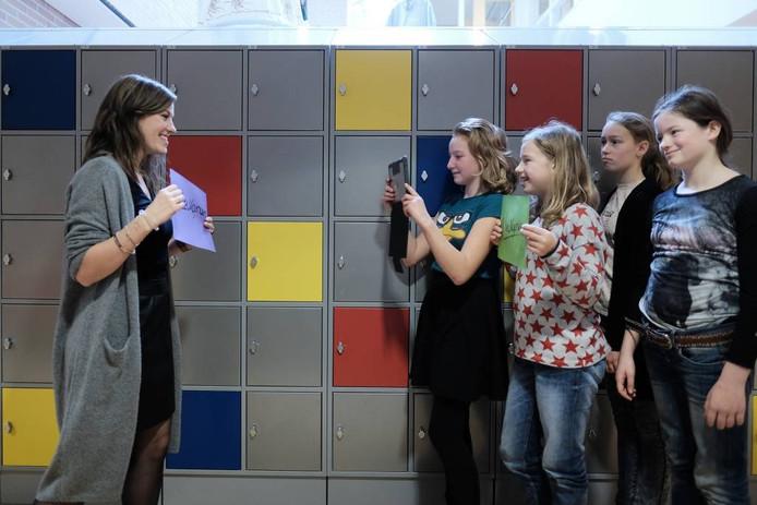 De brugklassers moesten met hun iPad een videoclip over social media maken, waarbij ook docente Esther Nahuis een rol kreeg.