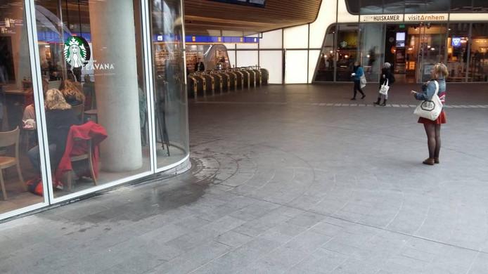 Bij de Starbucks komt het water langs de ramen omlaag.