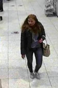 Politie zoekt uit tas stelende vrouw