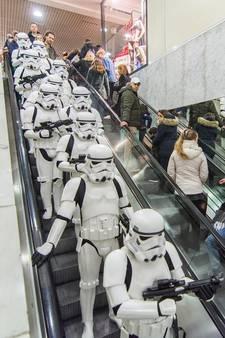 Heilssoldaten oog in oog met Stormtroopers