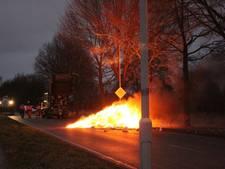 Vuilnisman dumpt brandend afval op straat in Doetinchem