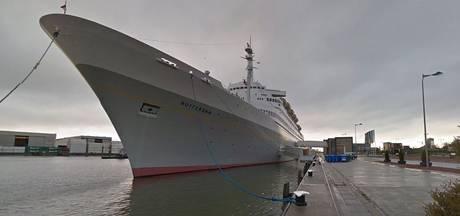 Hulpdiensten rukken uit voor zwemmer bij ss Rotterdam
