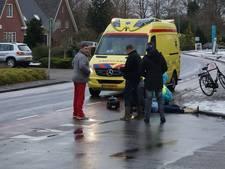 Vrouw gewond door botsing met afslaande auto