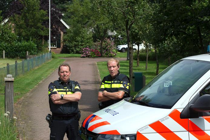Agenten Willem Saris (l) en Henk Kleijn Winkel (r) wijkagenten in Winterswijk.