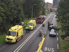 Auto belandt in sloot naast weg, bestuurder gewond