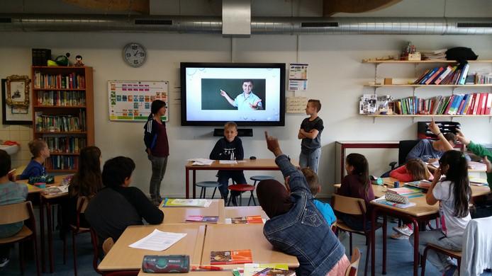 Let's teach in English! Metameerleerlingen onderwijzen basisschoolkinderen voor Dag van de talen