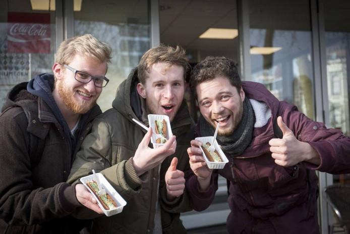 Vrienden Richard Gossens, Sander de Best en Bas van Lith met de discodel.