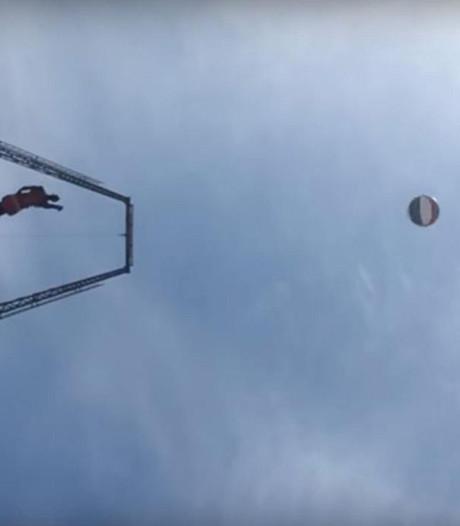 Harlem Globetrotter gooit bal van grote hoogte erin