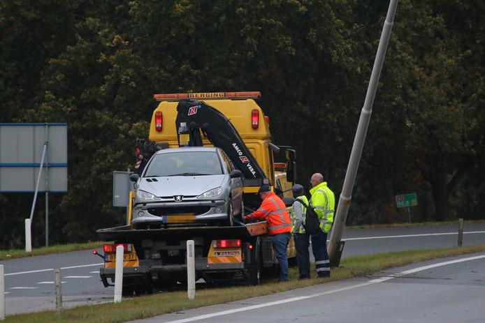 Een berger heeft de auto opgehaald. De lantaarnpaal waar het voertuig tegenaan knalde staat scheef.