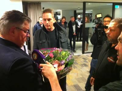 Nijmeegse raad krijgt bloemetje van woonwagenbewoners