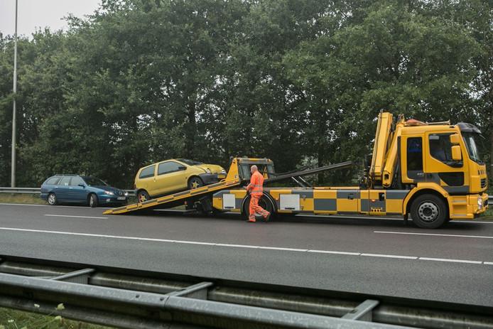 Twee auto's zijn maandagmorgen afgesleept na een botsing op de A50 richting Apeldoorn.