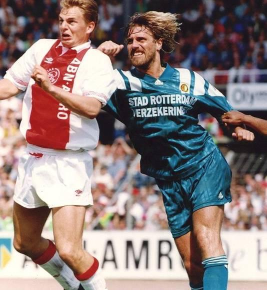 De Wolf in duel met Frank de Boer tijdens Ajax-Feyenoord.