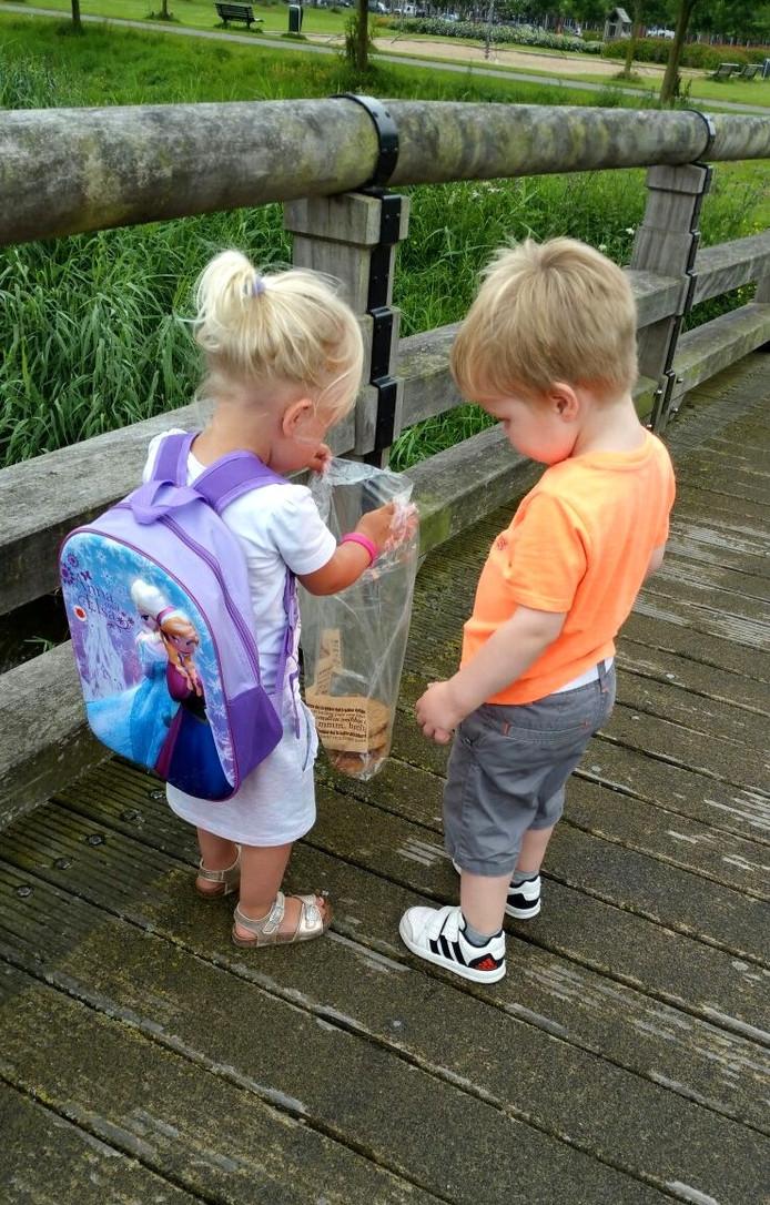 Mila & Aron gaan samen de eendjes voeren...allebei twee jaar...