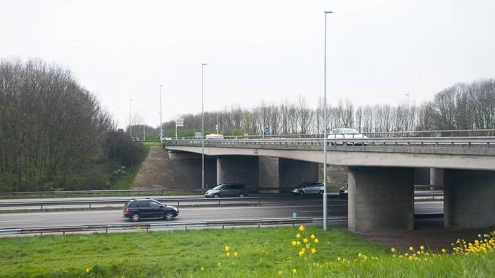 De Griftdijk voert bij Lent over de verbindingsweg naar de A15 bij knoppunt Ressen.
