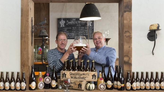 Oprichter Toon Berens (links) van de Stadsbrouweij Wittenburg met de nieuwe mede-eigenaar Theet van Aalst.