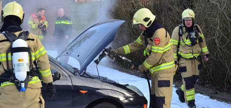 Auto rookt onder het rijden, brandweer en politie grijpen in