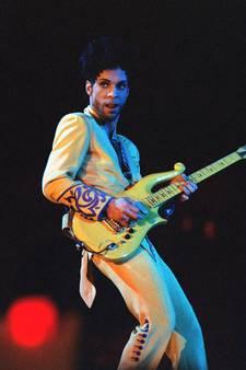 Gele gitaar van Prince brengt 123.000 euro op