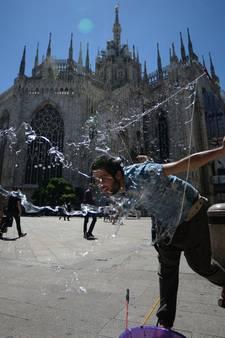 Amerikaanse toerist slaapt nacht op de Dom van Milaan