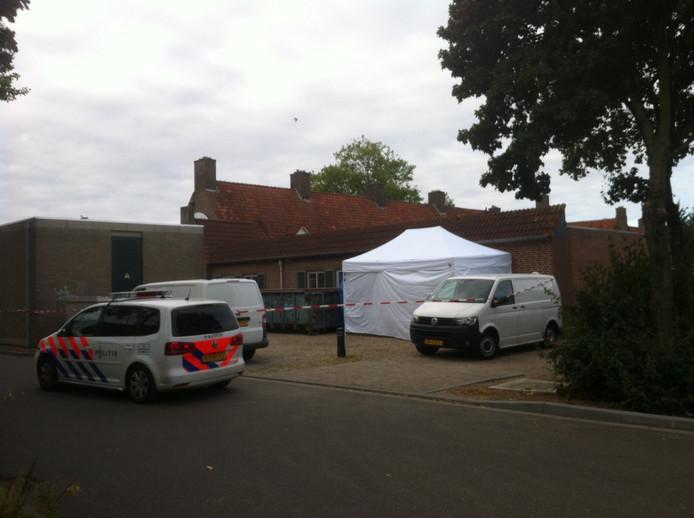 De politie heeft een witte tent geplaatst aan de Haagsestraat in het onderzoek naar de sinds 1989 vermiste Jan en Riet Kelders.