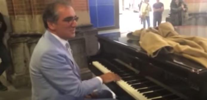Aristakes op de piano op Amsterdam Centraal Station.