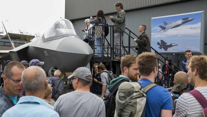 Bezoekers aan de Luchtmachtdagen op Vliegbasis Leeuwarden staan in de rij om te kijken naar een mock-up van de F-35