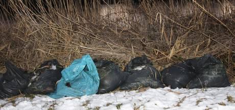 Zakken wietafval gedumpt langs het water