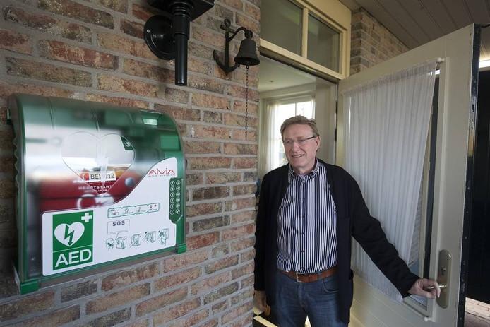 Johan Esendam bij de buurt-AED bij hem thuis.