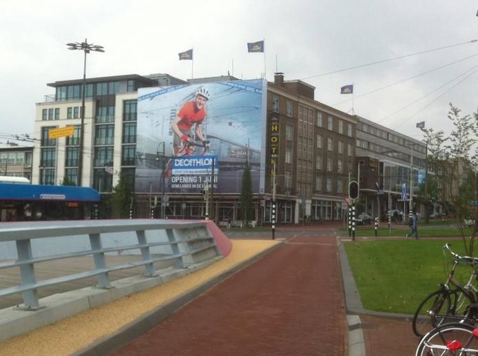 Ruben van Kempen is te zien op een gigagroot doek aan Hotel Haarhuis in Arnhem. Foto DG
