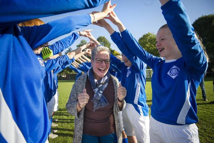 Gonny Bisseling- Maas wordt als een heldin geëerd door de meiden van RKHVV.