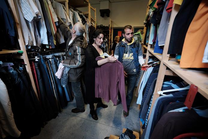 Vrijwilligster Nadja helpt met het uitzoeken van kleding.