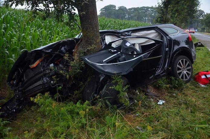 De auto botste met hoge snelheid tegen de boom.
