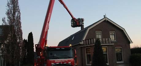 Brandweer blust schoorsteenbrand in Ommeren