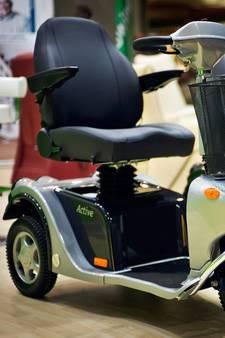 Man op scootmobiel bekogelt fietser met voorwerpen