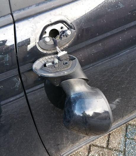 Vandalen vernielen zeker zes auto's in Achterhoek