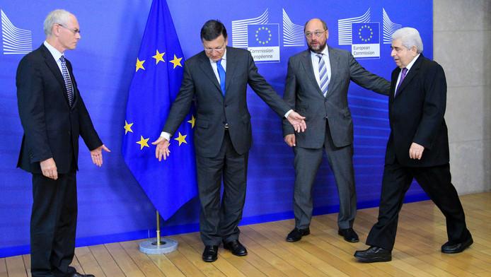 De Cypriotische president Demetris Christofias wordt welkom geheten door de Europese leiders Van Rompuy en Barroso en de Duitser Martin Schulz.