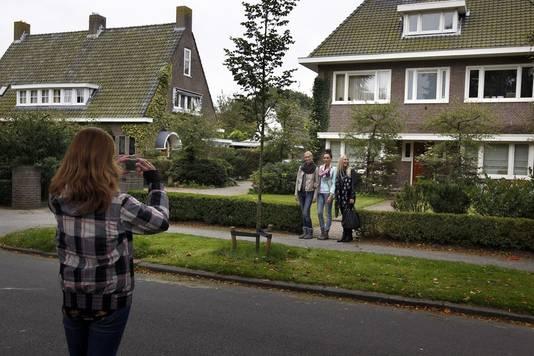 Studenten gaan op de foto bij het huis van Merthe.