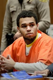 Chris Brown geeft zich na 14 uur over aan de politie
